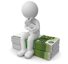 Figur grübelnd auf Geldbündeln